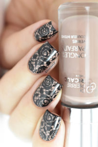 I am absolutely in love with these black fishnet looking nails!